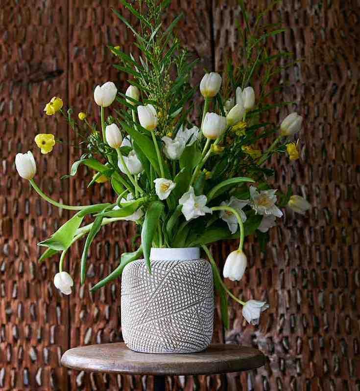 witte tulpen in verschillende soorten om een moderne vaas - mooiwatbloemendoen.nl